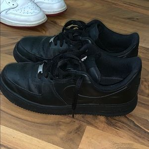 All black NIKE Air Force 1 '07